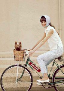 Bisikletli köpekli kadın